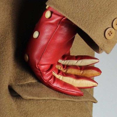 gant bouton marron sur manteau