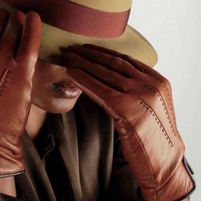 gant marron sur chapeau