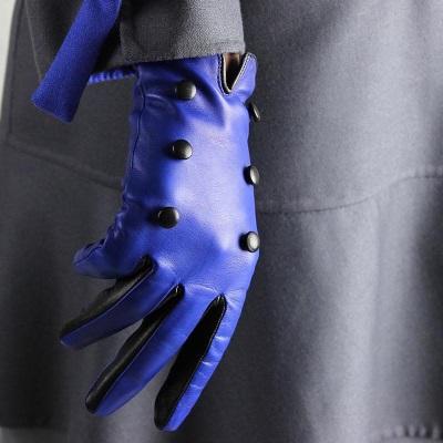 gant bleu et bouton noir